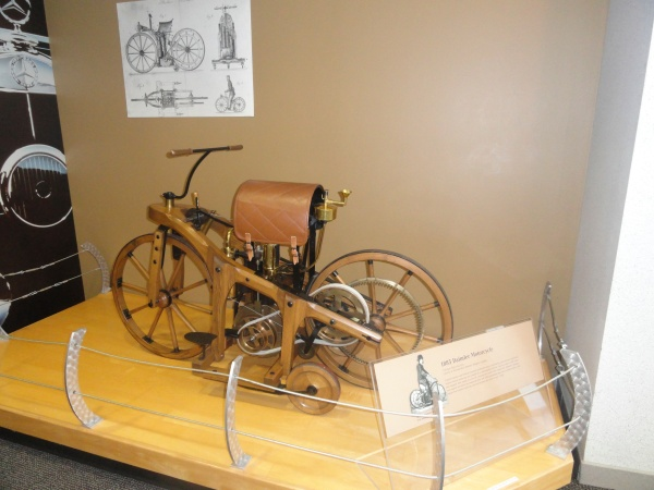 1885-daimler-motorcycle-mercedes