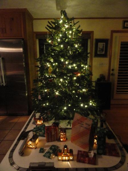 christmas-tree-with-train