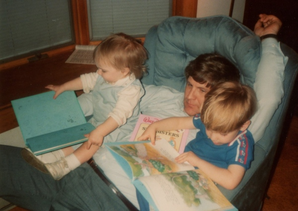 dad-reading-with-kids